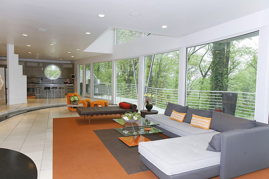 Unique Spaces: A Modern Hilltop Retreat: Figure 1