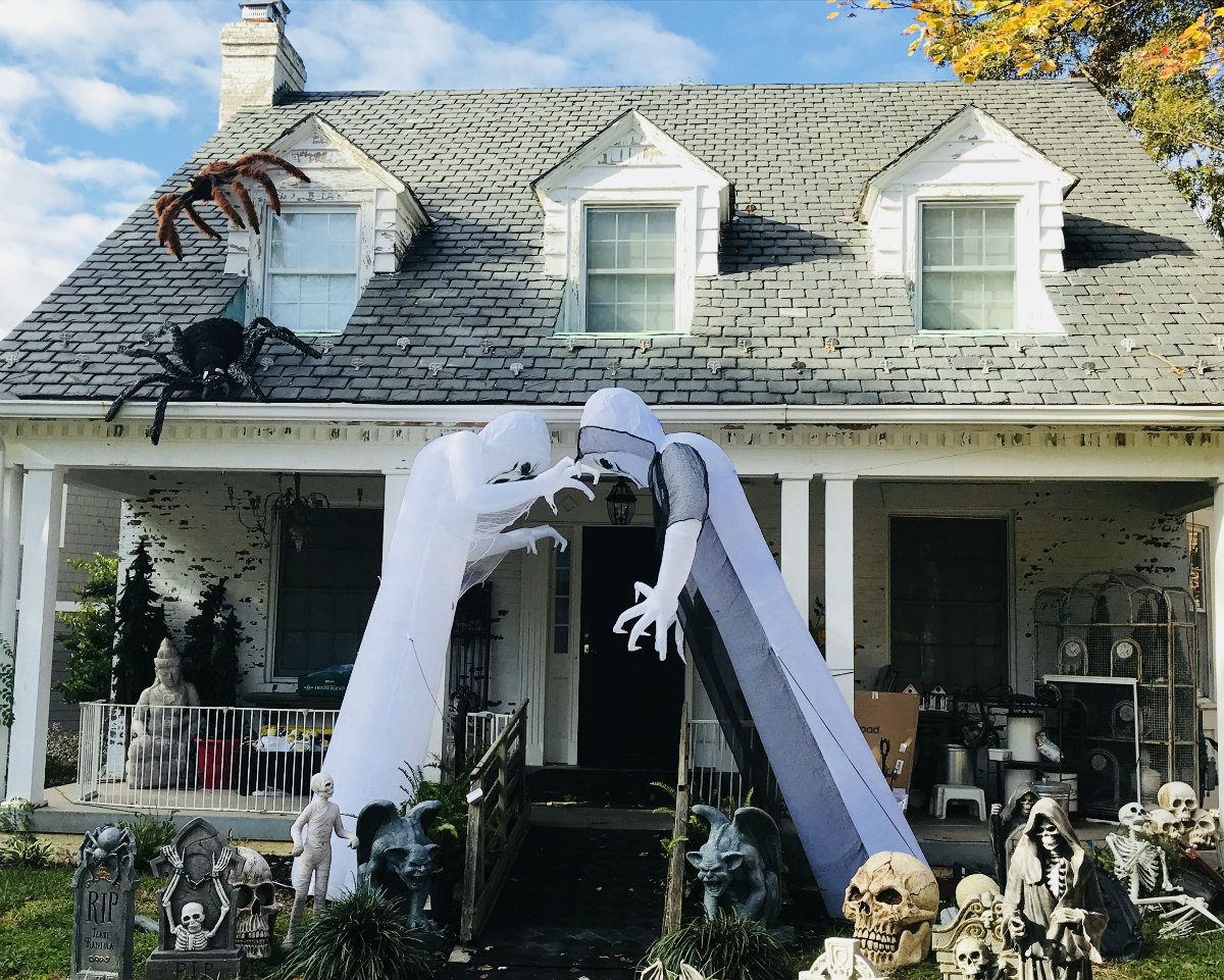 Images Of Homes Decorated For Halloween from assets.urbanturf.com